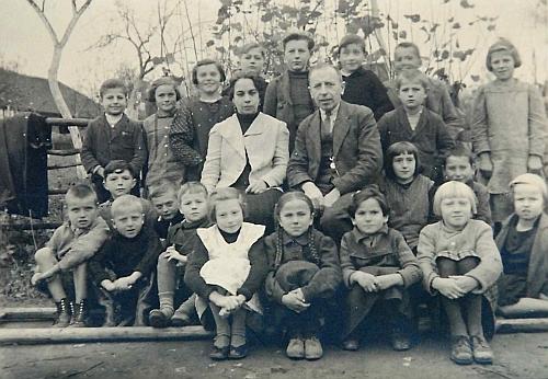S žáky 1. třídy poříčské školy v roce 1939