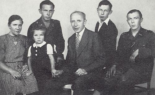 Řídící učitel Bitzan se svou druhou ženou, třemi syny a jednou dcerou