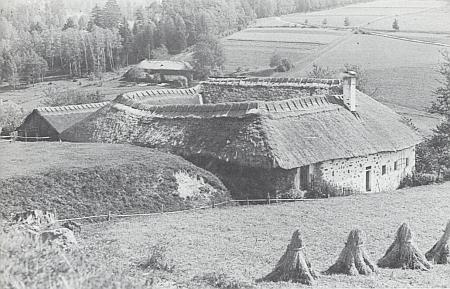 Čtyřstranný selský dvorec v Grünbachu blízko Freistadtu na snímku Maxe Kislingera z roku 1932
