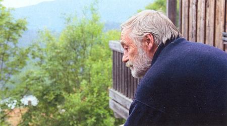 Hledí tu z okna svého ateliéru ve Waldhäuser am Lusen do zelené náruče Bavorského lesa