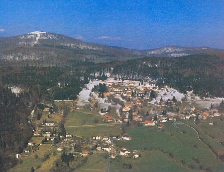 Waldhäuser am Lusen pod prvým sněhem s bílým temenem hory nad sebou