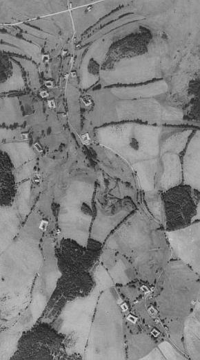 Někdejší Mikoly (nahoře) a sousední Obec na leteckých snímcích z let 1952 a 2008