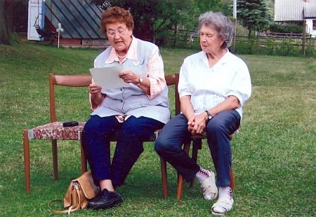 Při setkání krajanů na travnaté zahradě domu Emmy Kletzenbauerové v Rychnově nad Malší sedí vedle domácí paní