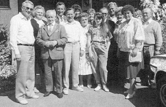 Někdejší Mladoňovští s Karlem Blahou, stojícím nalevo jako první - druhá zprava jezachycena i jeho švagrová (manželka jeho bratra) Hilde Blahaová