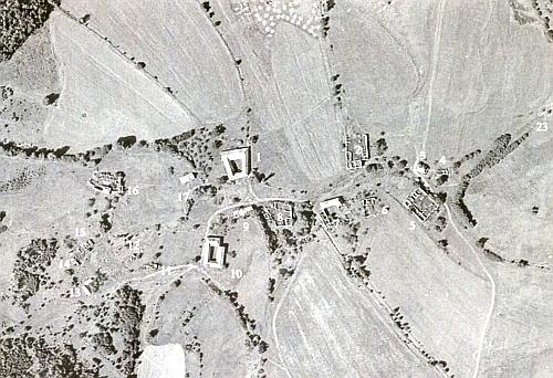 Mladoňov na leteckých snímcích z let 1958 a 2008, na starším snímku vyniká výrazný vierkant čp. 1