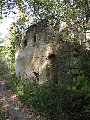 Co zbylo z Mladoňova - vlevo zaniklá usedlost čp. 1, jejímž majitelem byl v roce 1921 Johann Blaha (*1864), jehož syn ajmenovec se narodil v roce 1897