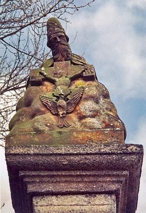 V roce 2000 odcizené sousoší Nejsvětější Trojice z vrcholu hranolového sloupu božích muk v Mladoňově na snímku zroku 1997