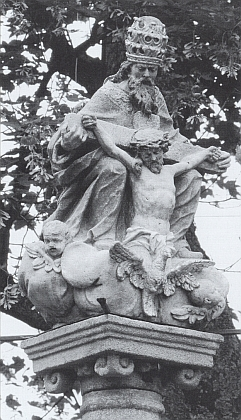 """V nijak vzdáleném Hradišti (Radischen) byl roku 2006 restaurován sloup s podobným, ovšem daleko cennějším sousoším Nejsvětější Trojice, zvaným """"Gnadenstuhl"""", z roku 1764"""