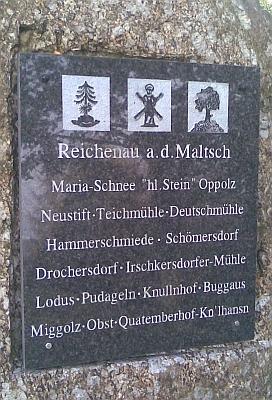 U rakouské repliky kostela u Svatého Kamene stojí i tento balvan s pamětní deskou obcí, osad a samot v okolí Rychnova nad Malší, mezi nimiž vidíme v předposlední řádce psáno i Lodus, německé označení Mladoňova či také Lhotky po česku