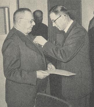 Získává tu Spolkový kříž za zásluhy (viz i Josef Hüttl)