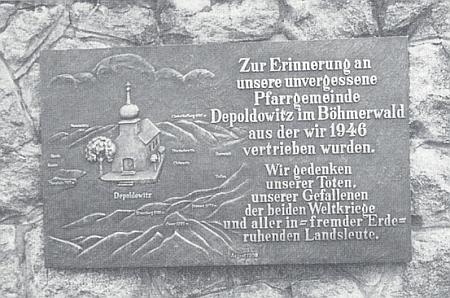 Pamětní deska v bavorském Lamu, vysvěcená 1989, připomíná vyhnání z rodné farnosti Děpoltice
