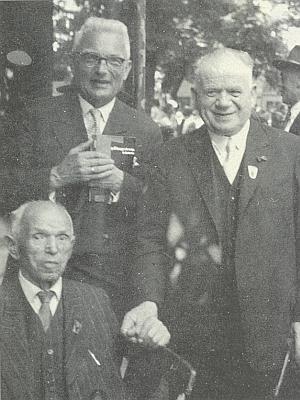 Už těsně před svým skonem v roce 1960 na jednom shromáždění krajanstva ve Furth im Wald, nad ním sedícím stojí Sepp Skalitzky aFranz Liebl (1881-1961), někdejší viceprezident německé sekce Zemské kulturní rady (1929-1938) a spoluzakladatel německé agrární strany Bund der Landwirte