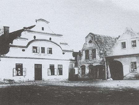 Domy s renesančními štíty na náměstí v Dolním Nýrsku, které hájil v obsáhlém dopise z léta roku 1919 před představbou