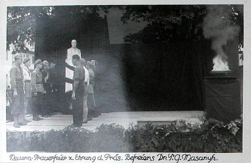 Snímek z nýrské kroniky zachytil smuteční slavnost k úmrtí T.G. Masaryka, na níž podle textu na vedlejší straně pronesl smuteční projev