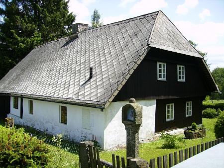 Jedno z původních stavení ve Vlčích Jamách
