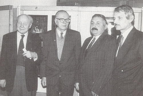 Stojí tu druhý zleva na zahájení výstavy šumavských podmaleb na sklo v Chodském muzeu v Domažlicích 2. února 1992, tj. na Hromnice - prvý zleva je vedle něho zachycen Dr. Raimund Schuster, prvý zprava Reinhold Macho amezi ním aFranzem Blauem Dr. Jan Vogeltanz, vedoucí historického oddělení Chodského muzea