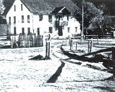 """Bývalá sirkárna v """"Dolním"""" Kaltenbachu, vlevo s tzv. Stadlerovým domem čp. 88 (dnes patří objekt a.s. Lesy Tábor a je provozován jako rekreační zařízení)"""