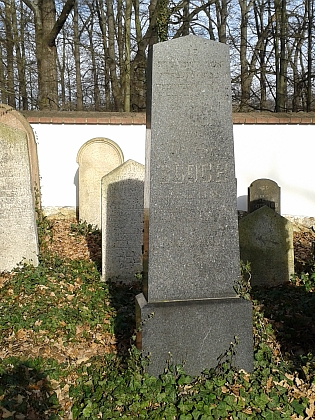 ... a tamní hroby příslušnic rodiny Blochovy, vlevo hrob Fanni Blochové, zesnulé 31. října 1907