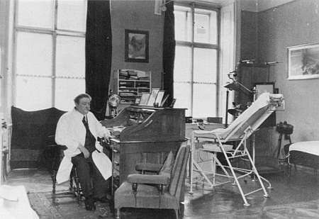 Ve své mnichovské ordinaci roku 1938
