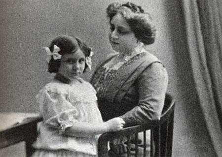 Jeho žena Emilie (Lilli), roz. Kafková, s dcerou Trude na snímku někdy z doby kolem roku 1908