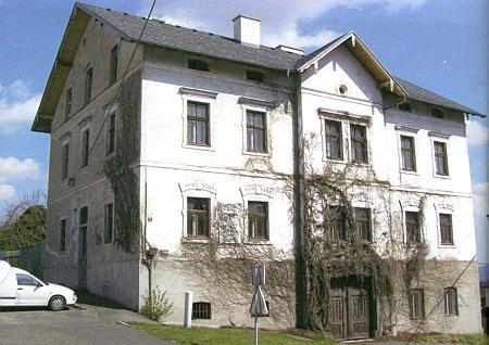Dvoupatrový dům čp. 1 v Hartmanicích, který dal Isak S. Bloch v letech 1869-1870 zbudovat stavitelem Georgem Beywlem, tvoří dodnes jednu z dominant města