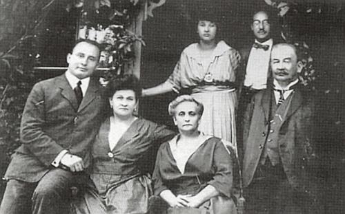 Rodina Blochova z Hartmanic na snímku už ze století dvacátého