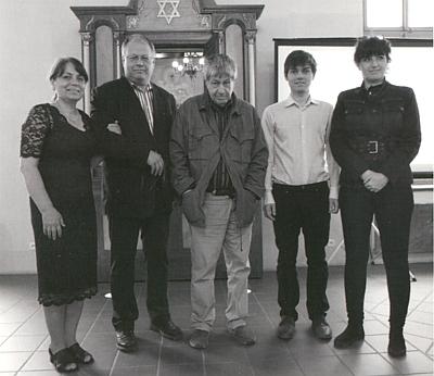 Michal Klíma, který se zasloužil o obnovu hartmanické synagogy, zde druhý zleva vedle své ženy Jany, uprostřed český spisovatel Ivan Klíma, jeho otec, vpravo jeho syn Matěj a sestra Michala Klímy paní Hana Pavlátová