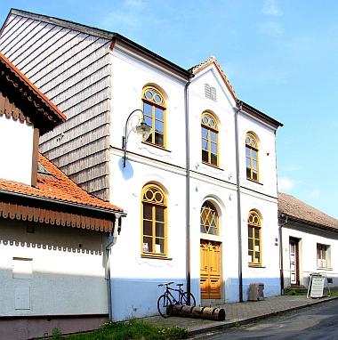 Obnovená budova hartmanické synagogy na snímcích z roku 2018
