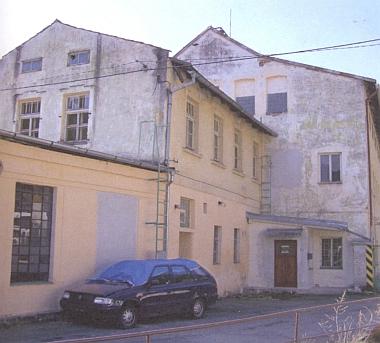 Komplex továrních budov v Chlumu, kde se válcovaly cínové folie pro výrobu zrcadel, skleněné tabule pro zrcadla byly broušeny a leštěny ve dnes zcela zaniklém Frauenthalu, zakoupeném Blochem roku 1864 - z Frauenthalu se dopravovaly zrcadlové polotovary do Hartmanic, kde se v Blochově domě čp. 1 opatřovaly zrcadlící cínovou vrstvou