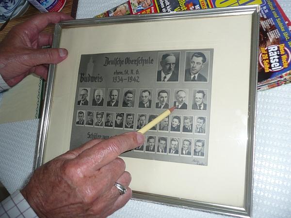 Jeden z bývalých jeho žáků tu označuje jeho podobenku na tablu Deutsche Oberschule v České ulici z válečných let