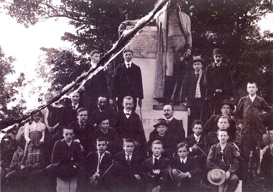 Na vzácném snímku, datovaném 12. června roku 1907, je zachycen na školním výletě českobudějovického německého gymnázia do Horní Plané rovnou přinohouStifterovysochy