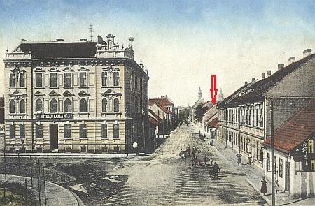 Dům čp. 39 už v Rudolfovské ulici nestojí - na staré pohlednici by to měl být ten označený šipkou