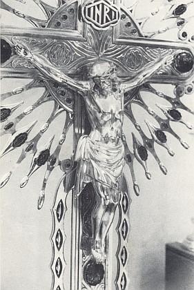 Krucifix z českobudějovické katedrály ve stříbře a drahokamech z doby kolem roku 1910 smiřuje viny