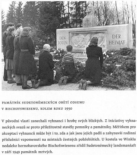 """Těm, kdo zahynuli ještě """"doma"""" v roce 1945 jako jeho syn či třeba Rudolf Slawitschek, je věnován i tento symbolický náhrobek ve Winklu, zachycený na snímku někdy z roku 1950 - ta hlava nad křížem s letopočtem 1945 má být bezpochyby Kristova"""