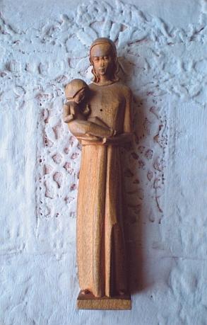 Roku 1948 našel po odchodu německých obyvatel z Hořic na Šumavě jeden český chlapec vopuštěném stavení tuto miniaturní sošku Madony