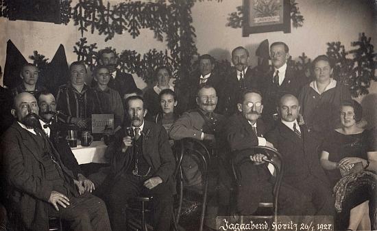 Na mysliveckém večírku (Jagaabend) u mysliveckého stolu (Jagatisch) v Hořicích 26. ledna roku 1927 ho vidíme v brýlích, sedícího na židli značky Thonet jako třetího zprava