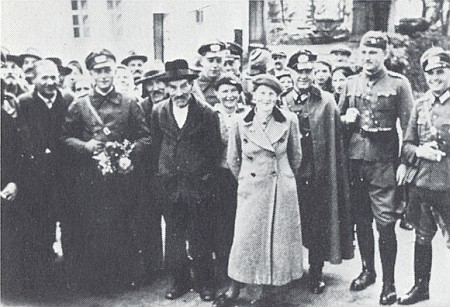 Tady předává v říjnu 1938 československý důstojník Schmidt, druhý zprava, syn lesního z Černé Řeky,  v Caparticích (německy se jim říkalo Nepomuk) území do rukou wehrmachtu: osudový dějinný moment