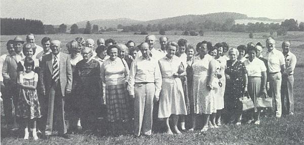 Vyhnanci z někdejšího Schneiderhofu se sešli roku 1981 při hranici, za níž mezi stromy a keři kdysi stála jejich ves