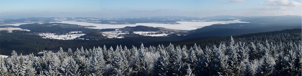 Zimní pohled z rozhledny Moldaublick na Lipenské jezero