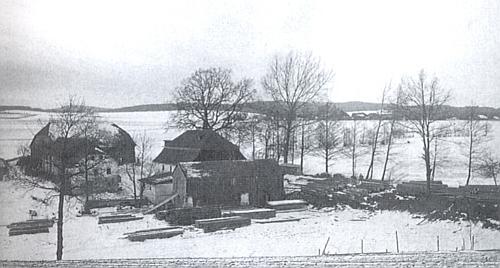 Hráz Myslivského rybníka a za ním jeho rodný Mysliv na staré fotografii