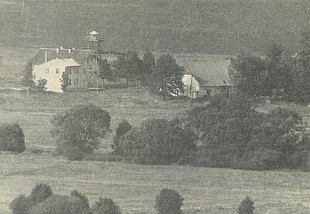 Jeho žena pocházela ze zaniklé osady Sruby (viz i Georg Brei aHeidrun Kuchlerová), které roku 1963 vypadaly na snímku, pořízeném přes hraniční čáru, takto