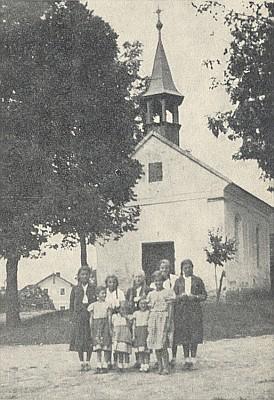 Kaple v rodné vsi Schneiderhof, česky Mysliv, na snímku z roku 1938