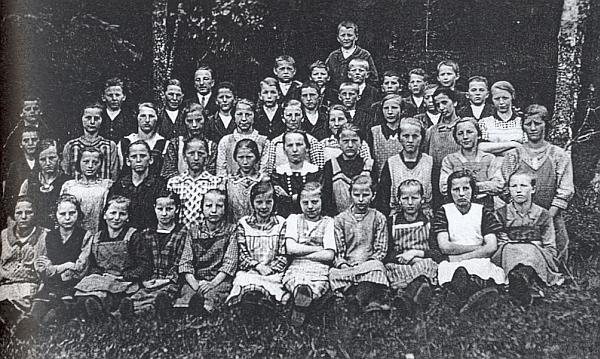 Se žáky školy v zaniklém Rychnůvku, odkud odešel do Velkých Skalin