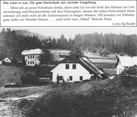 """Snímek zachycující v pozadí budovu školy ve Spálenci, přesněji řečeno v jeho části zvané Čtyřdomí (""""Vierhäuser""""), se vzpomínkou někdejší žačky na police se dřeváky ve třídě a sněhových závějích zavalujících školní dveře - tady Böhm začínal jako učitelský čekatel (viz i Franz Ilg)"""