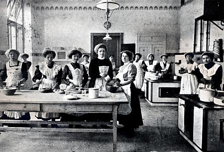 Výuka vaření na českobudějovické dívčí škole