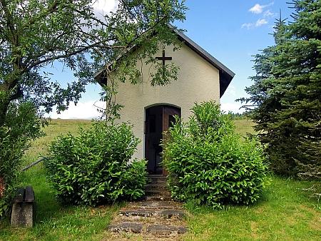 Obnovená kaple Svatých pomocníků v rodných Počátkách u Kraslic (byla postavena až roku 1893)