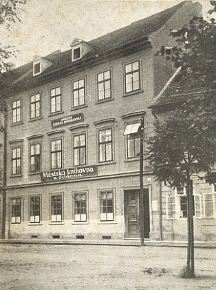 Od roku 1924 v budově dlouhá léta (až do roku 1999) sídlila knihovna