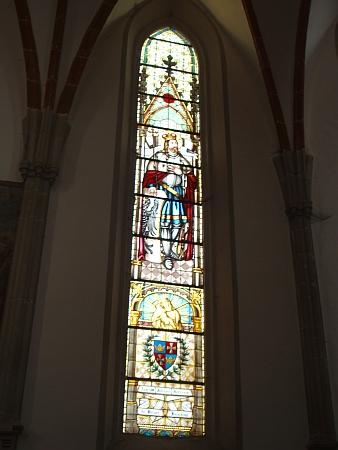 Okno při hlavním oltáři s podobou zemského patrona sv. Václava a znakem města