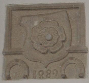 Rožmberská růže nad vchodem do sakristie s letopočtem 1489