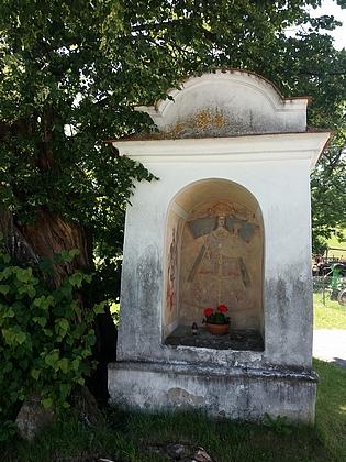 Nástěnná malba Panny Marie Kájovské vevýklenkové kapličce na rozcestí pod samotami u Rohů